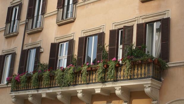 Bonus facciate sì ad interventi su parapetti dei balconi